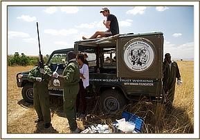 Der Tierarzt bereitet alles für die  Betäubung des Elefanten vor