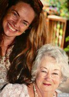 Angela zusammen mit ihrer Mutter Daphne